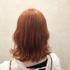 ナチュラル 波巻き ミディアム オレンジベージュ ヘアスタイルや髪型の写真・画像