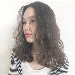 セミドライ ゆるふわパーマ 波ウェーブ 無造作パーマ ヘアスタイルや髪型の写真・画像
