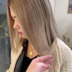 バレイヤージュ プラチナブロンド ミルクティーベージュ ミディアム ヘアスタイルや髪型の写真・画像