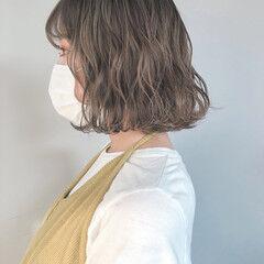 オリーブグレージュ ミルクティーグレージュ 切りっぱなしボブ ミルクグレージュ ヘアスタイルや髪型の写真・画像