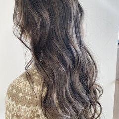 ブルーアッシュ グレーアッシュ ナチュラル ブリーチ必須 ヘアスタイルや髪型の写真・画像