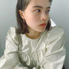 イヤリングカラーベージュ フェミニン インナーカラー ボブ ヘアスタイルや髪型の写真・画像