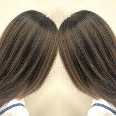 ミディアム ストリート バレイヤージュ アッシュベージュ ヘアスタイルや髪型の写真・画像