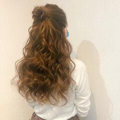 お団子アレンジ ロング フェミニン ブライダル ヘアスタイルや髪型の写真・画像