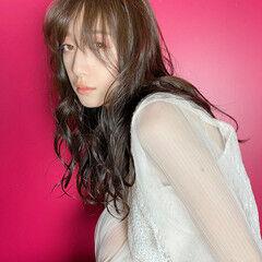 シースルーバング フェミニン 秋ブラウン ウェーブヘア ヘアスタイルや髪型の写真・画像