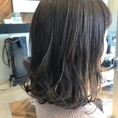 ホワイトグレージュ ミディアム グレージュ 3Dハイライト ヘアスタイルや髪型の写真・画像