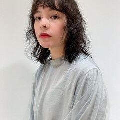 パーマ 暗髪 ミディアム ウルフカット ヘアスタイルや髪型の写真・画像
