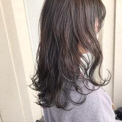 ホワイトグレージュ ホワイトアッシュ セミロング ニュアンスヘア ヘアスタイルや髪型の写真・画像