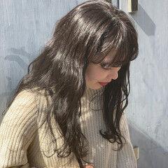 アンニュイほつれヘア ウェーブ 透明感カラー スモーキーアッシュ ヘアスタイルや髪型の写真・画像
