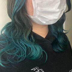 ターコイズ セミロング インナーカラー 波ウェーブ ヘアスタイルや髪型の写真・画像