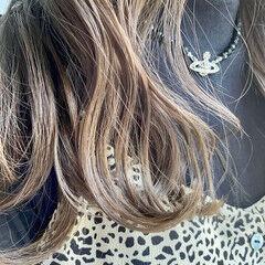 フェミニン アッシュベージュ セミロング スモーキーアッシュベージュ ヘアスタイルや髪型の写真・画像