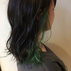 インナーカラー カーキ モード グリーン ヘアスタイルや髪型の写真・画像