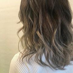 スモーキーアッシュ ホワイトシルバー 透明感カラー セミロング ヘアスタイルや髪型の写真・画像