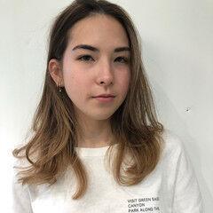 ブリーチ ミディアム グレージュ ハイライト ヘアスタイルや髪型の写真・画像