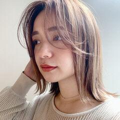 ナチュラル アッシュベージュ ふわふわヘアアレンジ ふんわり前髪 ヘアスタイルや髪型の写真・画像