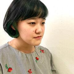 インナーグリーン ガーリー エメラルドグリーンカラー 切りっぱなしボブ ヘアスタイルや髪型の写真・画像