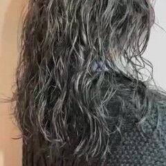 スパイラルパーマ セミロング ミディアムレイヤー ナチュラル ヘアスタイルや髪型の写真・画像