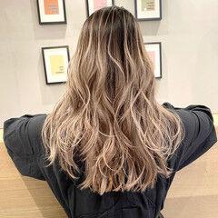 クリームブロンド 外国人風カラー レイヤーカット ホワイトベージュ ヘアスタイルや髪型の写真・画像