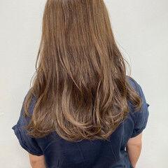 透明感カラー コテ巻き ミルクティーベージュ ナチュラル ヘアスタイルや髪型の写真・画像