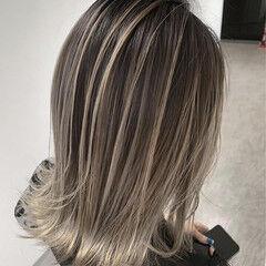 グラデーションカラー ナチュラル アッシュベージュ ミディアム ヘアスタイルや髪型の写真・画像