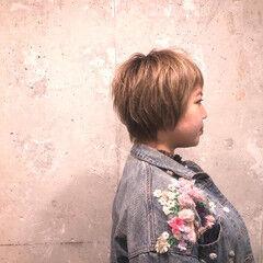 くせ毛 ハイトーンカラー ショート フェミニン ヘアスタイルや髪型の写真・画像