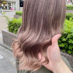 ミルクティーベージュ ブリーチオンカラー ブリーチカラー ナチュラル ヘアスタイルや髪型の写真・画像