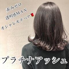 外ハネ プラチナムカラー アッシュ ミディアム ヘアスタイルや髪型の写真・画像