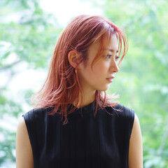 ピンク ブリーチカラー ピンクベージュ フェザーバング ヘアスタイルや髪型の写真・画像