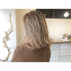 切りっぱなしボブ ブロンドカラー セミロング ナチュラル ヘアスタイルや髪型の写真・画像