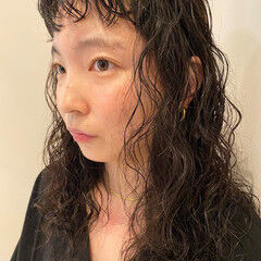 個性的 スパイラルパーマ ナチュラル 前髪パーマ ヘアスタイルや髪型の写真・画像