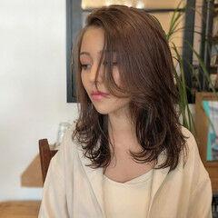 ミディアムレイヤー 色気 ミディアム ベージュカラー ヘアスタイルや髪型の写真・画像