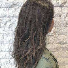 ミディアム グレージュ スモーキーアッシュ バレイヤージュ ヘアスタイルや髪型の写真・画像