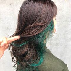 インナーカラー ウルフカット セミロング グリーン ヘアスタイルや髪型の写真・画像