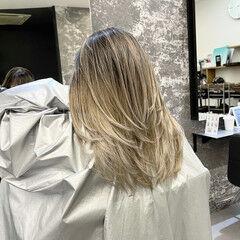 外国人風カラー バレイヤージュ グレージュ セミロング ヘアスタイルや髪型の写真・画像