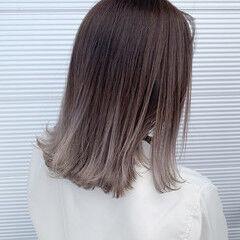 グラデーション ミディアム ホワイトシルバー ミルクティーベージュ ヘアスタイルや髪型の写真・画像
