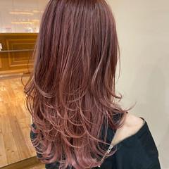ミディアムレイヤー ピンクパープル ウルフカット フェミニン ヘアスタイルや髪型の写真・画像