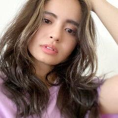 コテ巻き風パーマ ハイライト ロング かき上げ前髪 ヘアスタイルや髪型の写真・画像