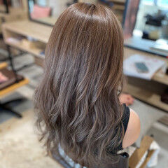 アッシュブラウン ブラウンベージュ オリーブアッシュ 巻き髪 ヘアスタイルや髪型の写真・画像