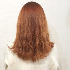 オレンジベージュ ガーリー セミロング アプリコットオレンジ ヘアスタイルや髪型の写真・画像