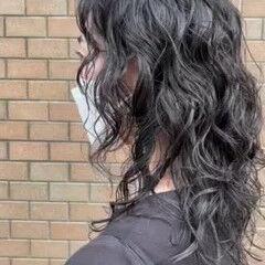 アッシュグレー セミロング ゆるふわパーマ パーマ ヘアスタイルや髪型の写真・画像