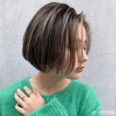 ミルクティーベージュ ハイライト ショート ナチュラル ヘアスタイルや髪型の写真・画像
