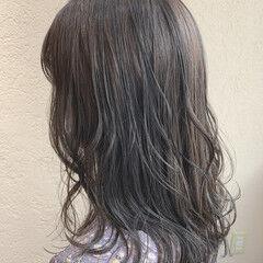 アッシュグレージュ ナチュラル ミディアムレイヤー オリーブグレージュ ヘアスタイルや髪型の写真・画像