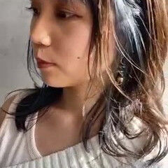 インナーカラー 濡れ髪スタイル ナチュラル セミロング ヘアスタイルや髪型の写真・画像