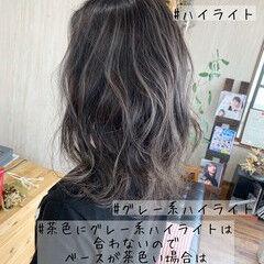 ミディアム ハイライト ホワイトグレージュ ギャル ヘアスタイルや髪型の写真・画像
