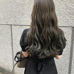 プラチナムカラー グレージュ グラデーションカラー フェミニン ヘアスタイルや髪型の写真・画像