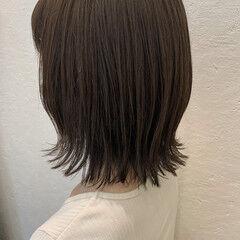 シルバーグレージュ 切りっぱなしボブ ボブ シルバーアッシュ ヘアスタイルや髪型の写真・画像