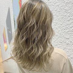 セミロング ブリーチカラー プラチナブロンド 極細ハイライト ヘアスタイルや髪型の写真・画像