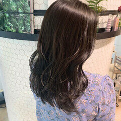 グレージュ 暗色カラー 艶カラー セミロング ヘアスタイルや髪型の写真・画像