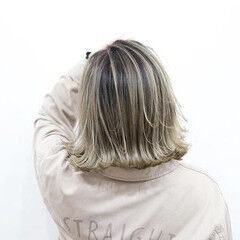 クリームブロンド 3Dハイライト プラチナブロンド バレイヤージュ ヘアスタイルや髪型の写真・画像