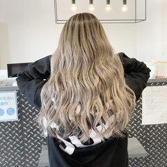 プラチナブロンド バレイヤージュ ロング 外国人風カラー ヘアスタイルや髪型の写真・画像